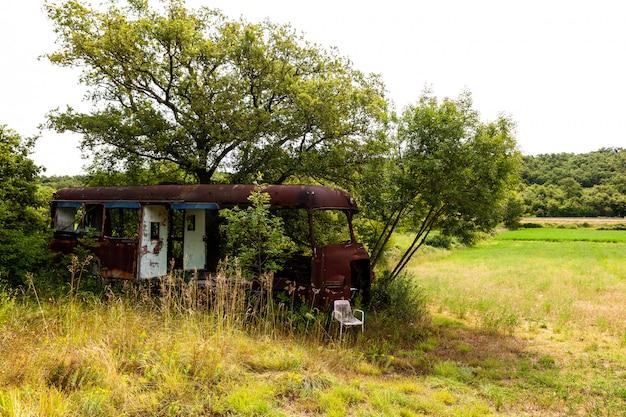 Verlassener packwagen in der landschaft
