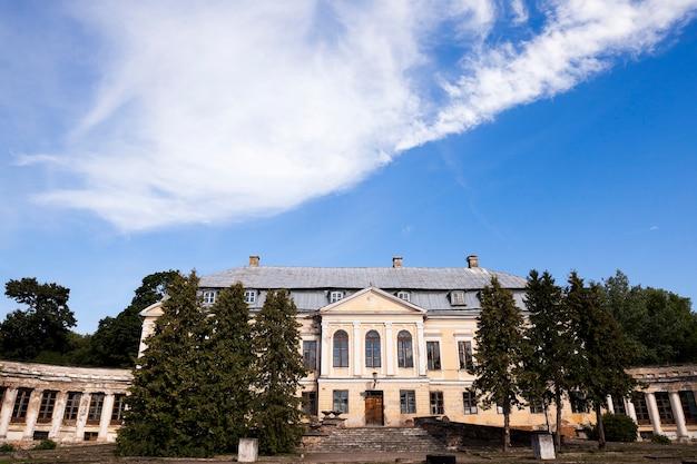 Verlassenes altes gebäude - verlassenes altes zerfallendes gebäude im dorf svyatsk, weißrussland, dem palast des 18. jahrhunderts