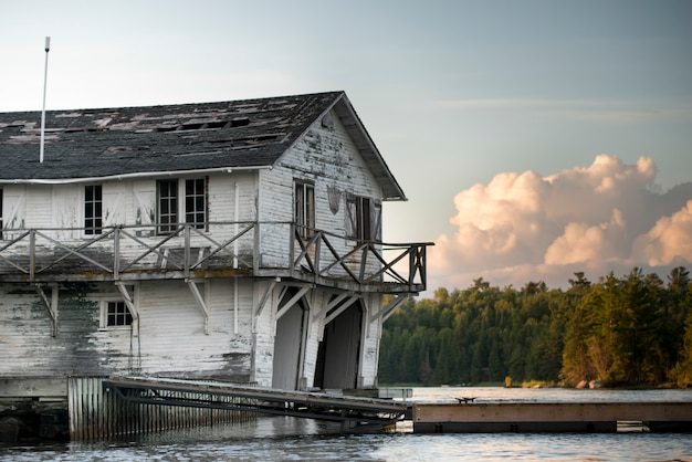 Verlassenes bootshaus am seeufer, kenora, see des holzes, ontario, kanada