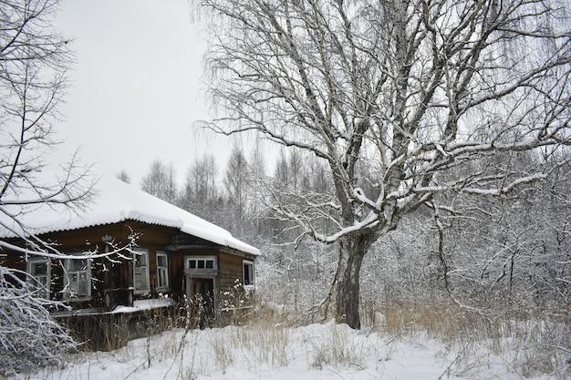 Verlassenes dorf im schnee im winter