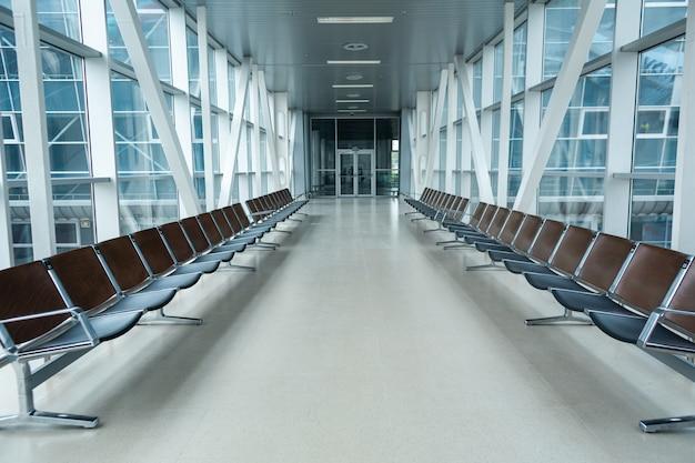 Verlassenes flughafenterminal. leere sitzreihen im wartezimmer.
