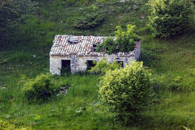 Verlassenes gebäude in der nähe einer berghütte auf dem monte baldo