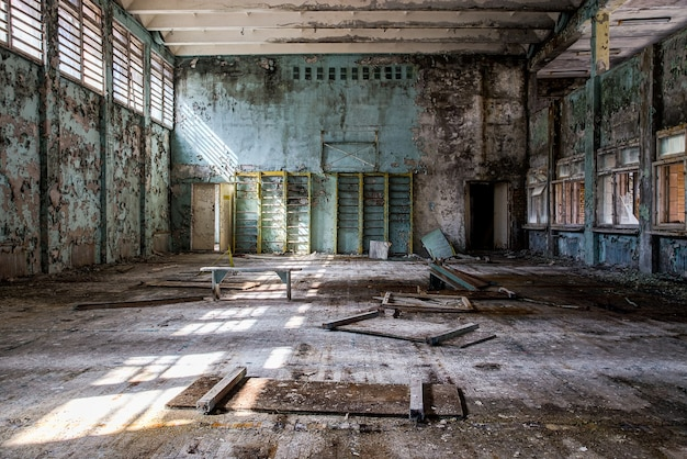 Verlassenes gymnasium in pripyat tschernobyl