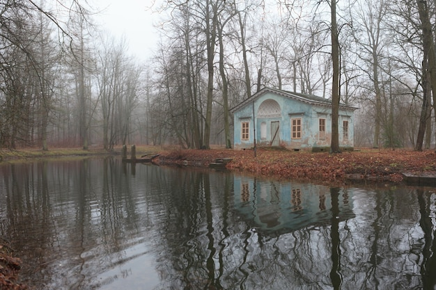 Verlassenes haus auf der insel im alexanderpark in zarskoje selo