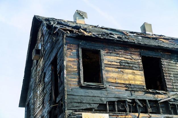 Verlassenes haus, das vollständig vom feuer verzehrt wurde, wird nach dem brand zu boden verbrannt