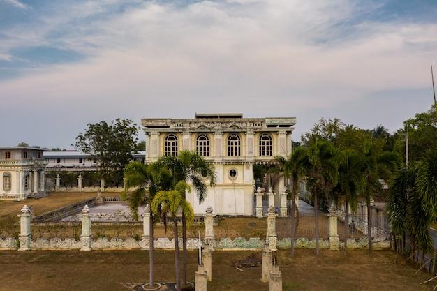 Verlassenes herrenhaus in thailand