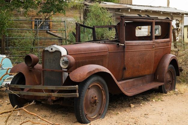 Verlassenes retro- auto in der berühmten straße der straße 66 in usa.