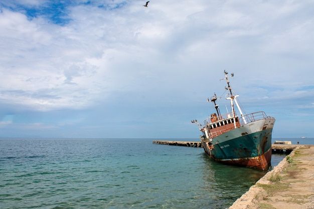 Verlassenes schiff in den gewässern des karibischen meeres