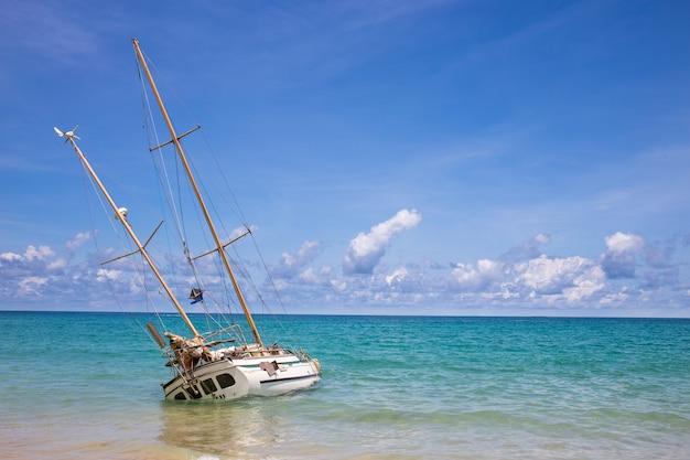 Verlassenes schiffswrack auf der küste an katastrand phuket thailand, touristischer markstein