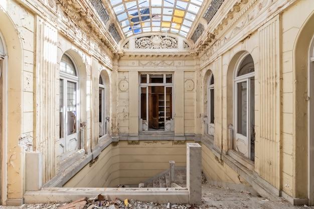 Verlassenes und zerstörtes herrenhaus