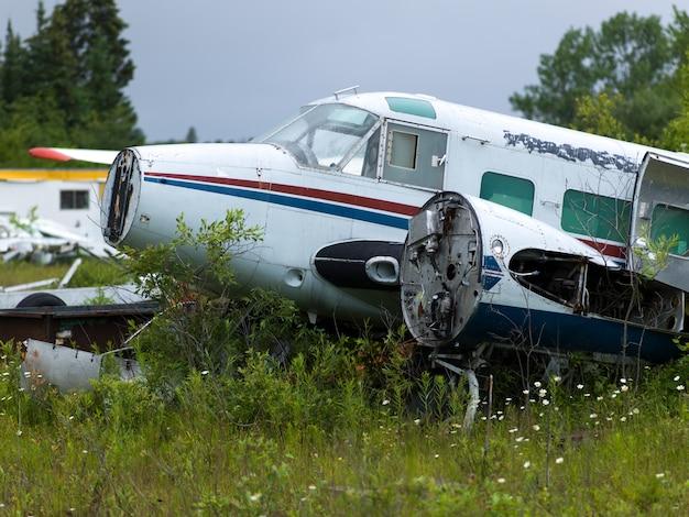 Verlassenes wasserflugzeug, lake of the woods, ontario, kanada