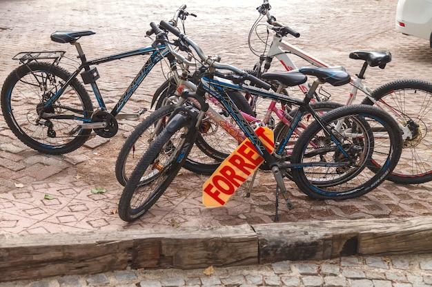Verleih von fahrrädern auf dem parkplatz des hotelclubs salima