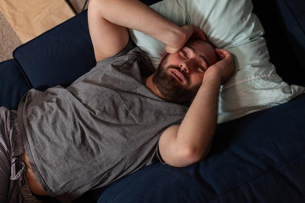 Verletzlicher verängstigter, depressiv traumatisierter erwachsener mann, der nachrichten findet