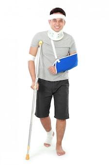 Verletzter junger mann an der krücke