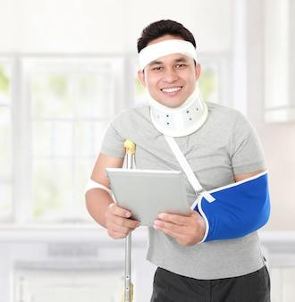 Verletzter junger mann, der eine tablette hält