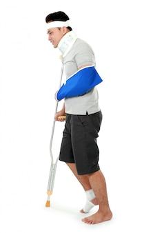 Verletzter junger mann tragen schlingenarm