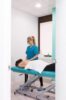Verletzter patient, der eine therapeutische massage am oberen körperteil erhält