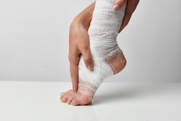 Verletztes bein verbundene nahaufnahme lifestyle-medizin. foto in hoher qualität