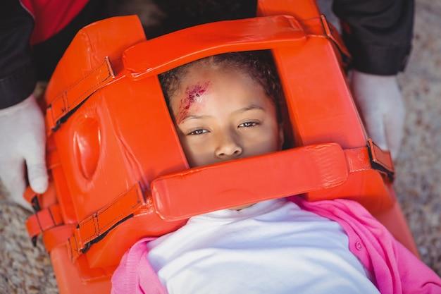 Verletztes mädchen von sanitäter behandelt
