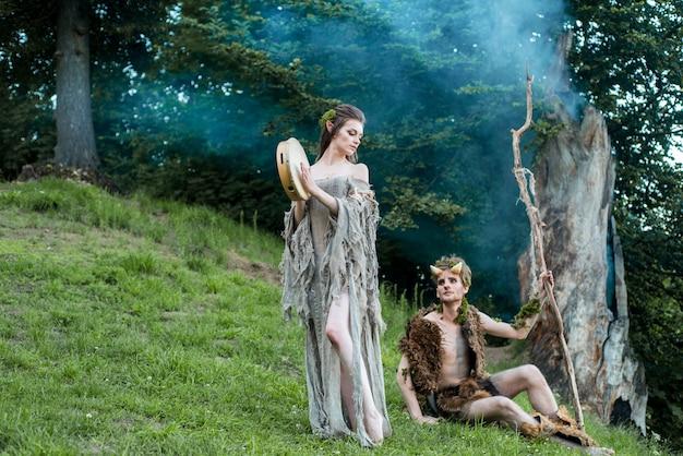 Verliebte elfen. schöne fee mädchen elf und ein mann des waldkönigs. das konzept der chelowin