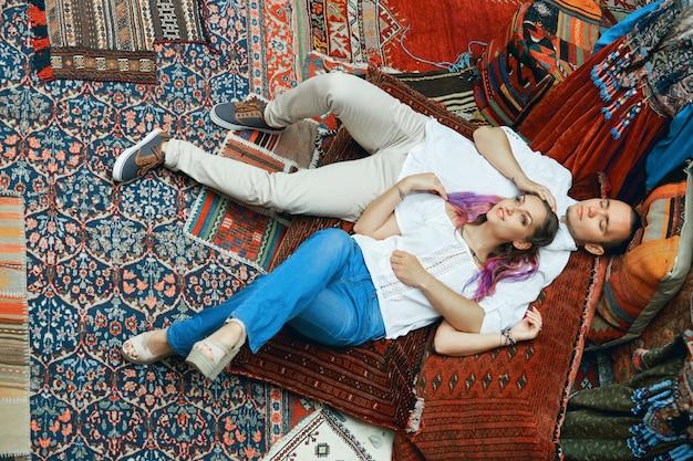Verliebte paare gehen spazieren und umarmen sich auf dem östlichen teppichmarkt.