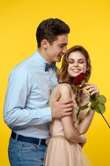 Verliebter mann und frau mit roter rose. valentinstag konzept