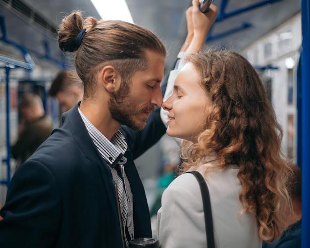 Verliebter mann und frau schauen sich in einer u-bahn an