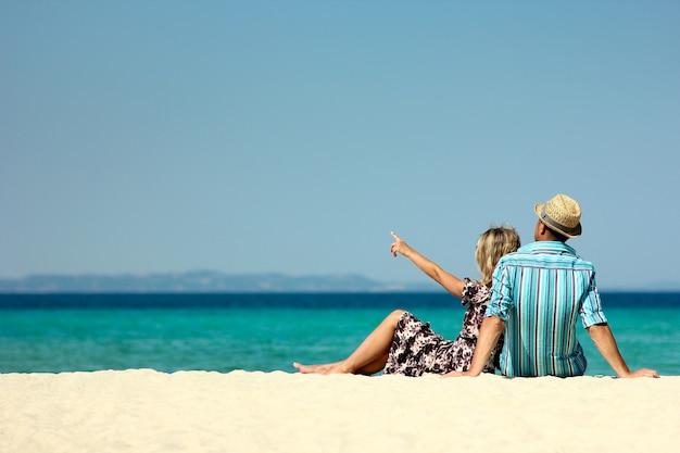 Verliebtes paar am strand im sommer