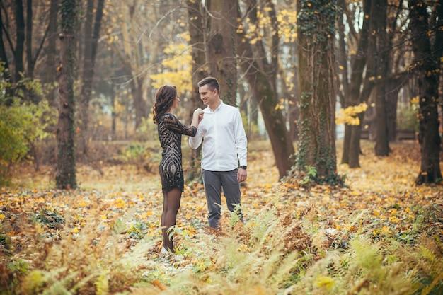 Verliebtes paar auf einem spaziergang im park