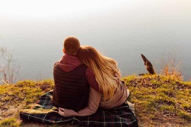 Verliebtes paar, das einen spaziergang an einem sonnigen frühlingstag genießt