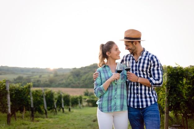 Verliebtes paar, das im winzerweingut arbeitet und weine verkostet?