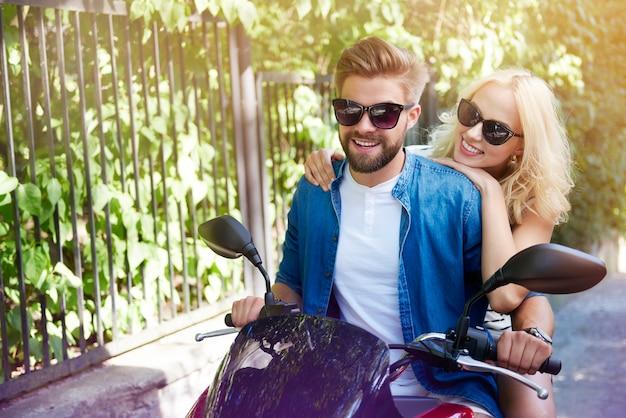 Verliebtes paar, das motorrad fährt