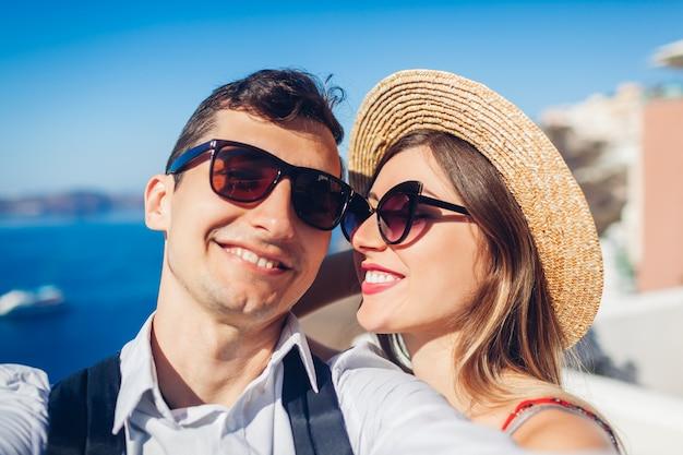 Verliebtes paar, das während der flitterwochen selfie nimmt