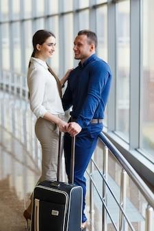 Verliebtes paar im urlaub. paar, das im flughafen steht.