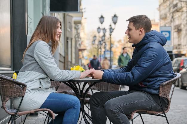 Verliebtes paar in der stadt