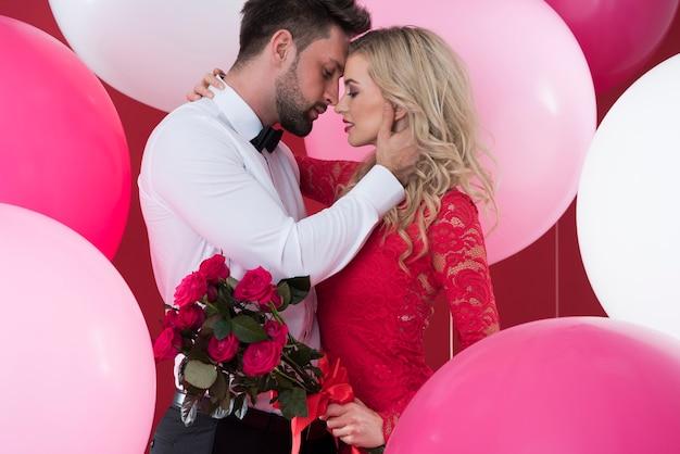 Verliebtes paar in der umgebung von luftballons