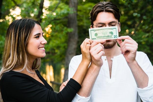 Verliebtes paar teilen sich eine geldrechnung