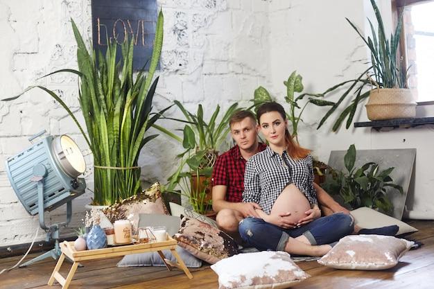 Verliebtes paar wartet auf die geburt eines babys