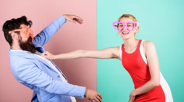 Verliebtes pärchen. beziehungen. glückliches paar in partygläsern. büroparty. beste freunde. freundschaft von glücklichem mann und frau. hipster. sommerurlaub und mode. nur spaß. feiern mit spaß.