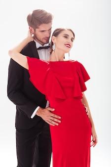 Verliebtes pärchen. frauen im roten kleid. mann im anzug