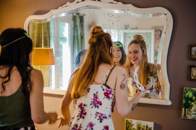 Verlobt am spiegel