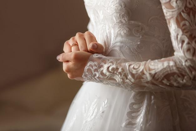 Verlobungsring am finger der braut