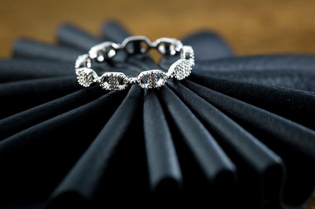 Verlobungsring auf dem schwarzen