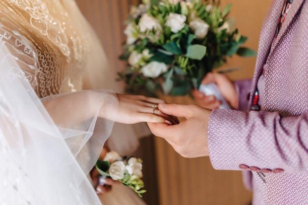 Verlobungsring mit einem stein an der hand der sanften braut