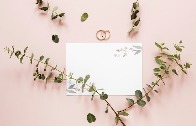 Verlobungsringe mit blumenzweigen