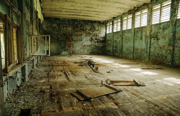 Verlorene schulsporthalle an der tschernobyl-stadtzone der radioaktivitätsgeisterstadt.