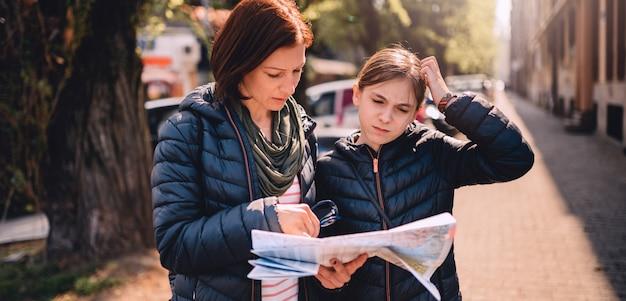 Verlorene touristische familie unter verwendung des stadtplans