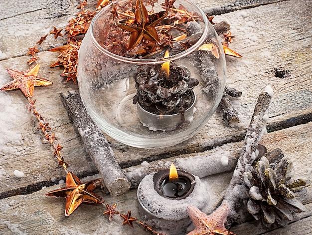 Vermächtnisglasweihnachtsspielzeug auf dem hintergrund von kiefernkegeln