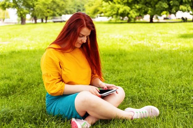 Vermarktendes on-line-konzept an am park im freien