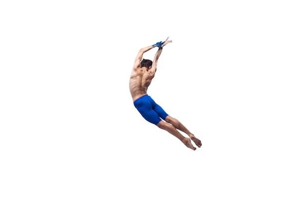 Vermeiden. männlicher moderner balletttänzer, kunst-contemp-performance, blaue und weiße kombination von emotionen. flexibilität, anmut in bewegung, aktion auf weißem hintergrund. mode und schönheit, artwork-konzept.